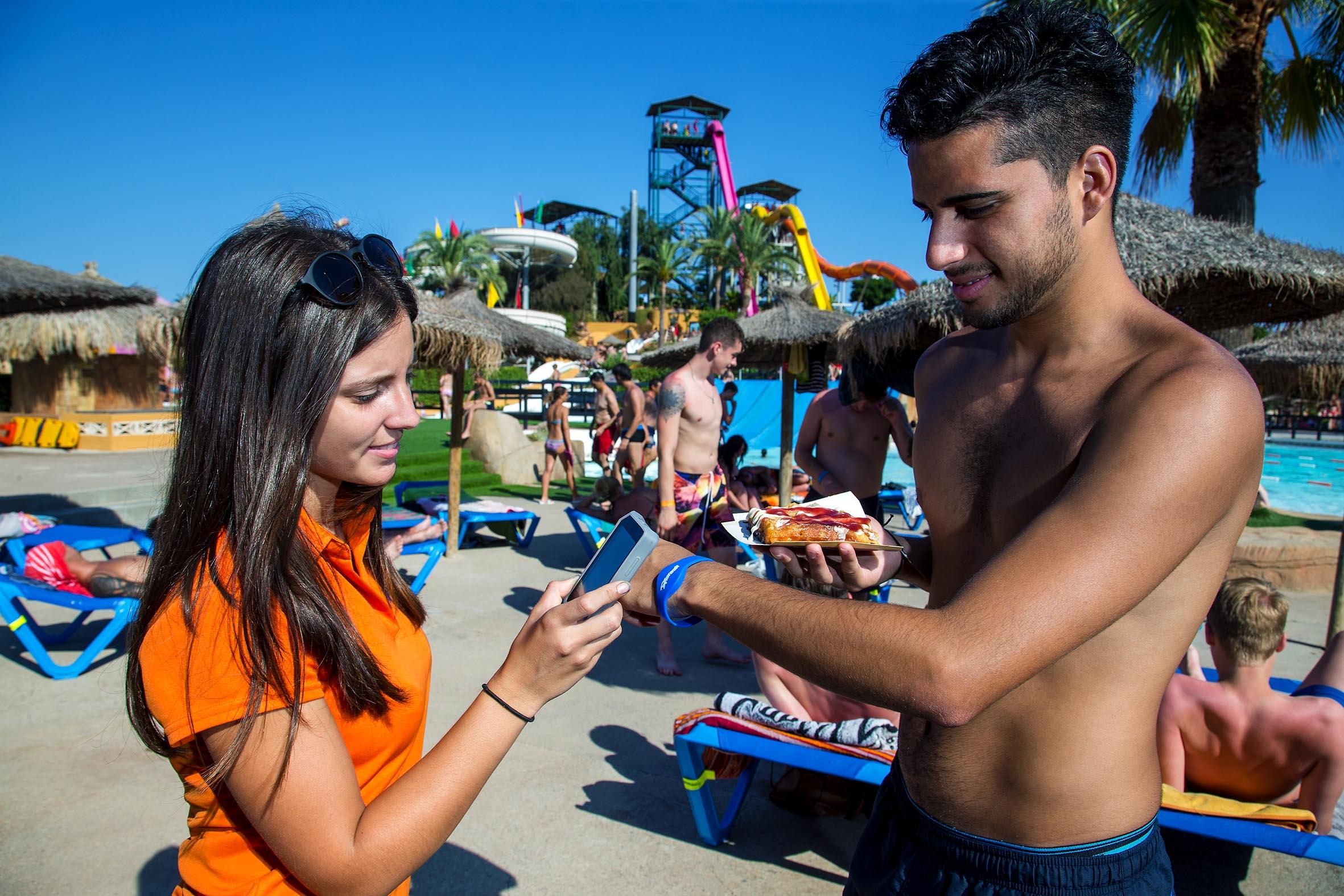 Experiencia cashless en Aquarama: disfruta del parque acuático sin llevar dinero encima